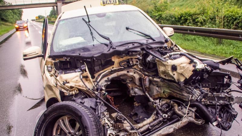 24-Jähriger stirbt bei Unfall mit Taxi: Fünf Verletzte