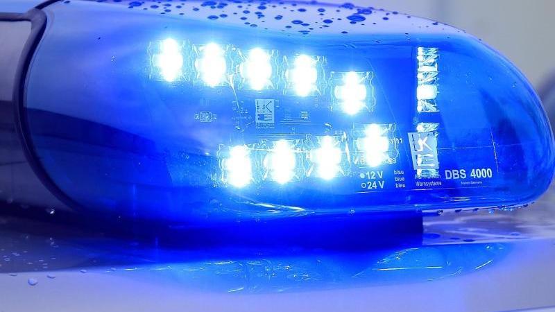 Duisburg: Jugendliche schubsen Kontrolleurin aus Straßenbahn